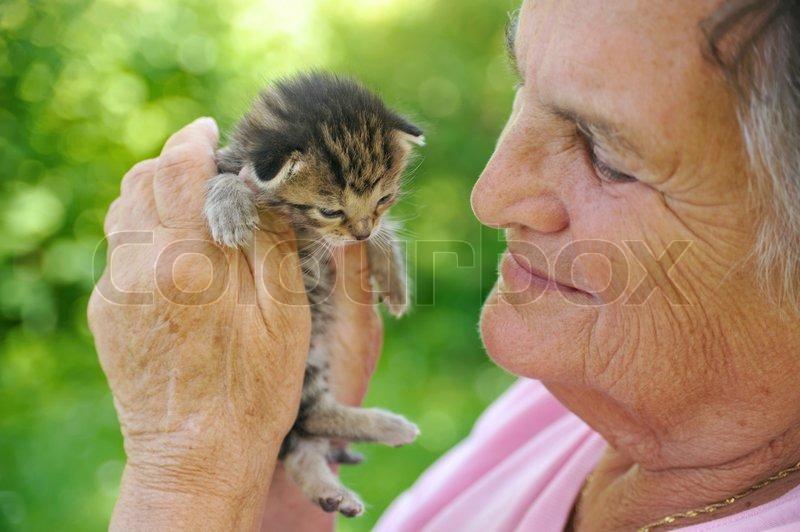 Women+breastfeeding+kittens