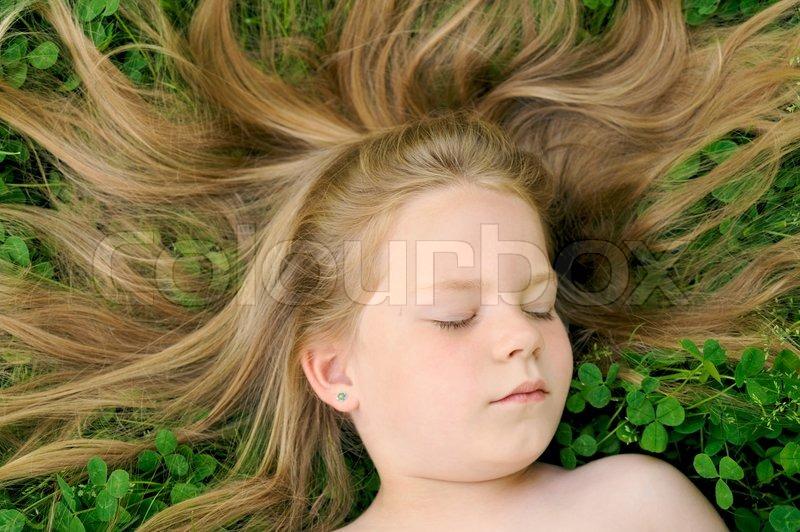 Stock Bild Von Kleine M Dchen Mit Auf Dem Rasen