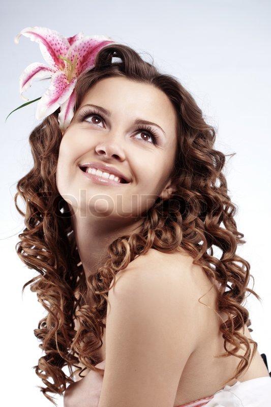 7299f3c6950f Stock foto af  Portræt af meget søde unge kvinde med sund krøllet hår