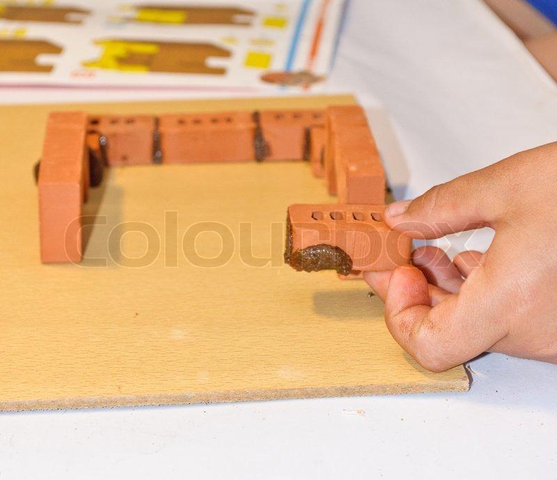 kinder bauen ein kleines haus aus ziegeln stockfoto. Black Bedroom Furniture Sets. Home Design Ideas