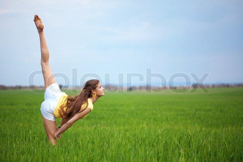 junge sch ne m dchen macht gymnastische spr nge im freien stockfoto colourbox. Black Bedroom Furniture Sets. Home Design Ideas