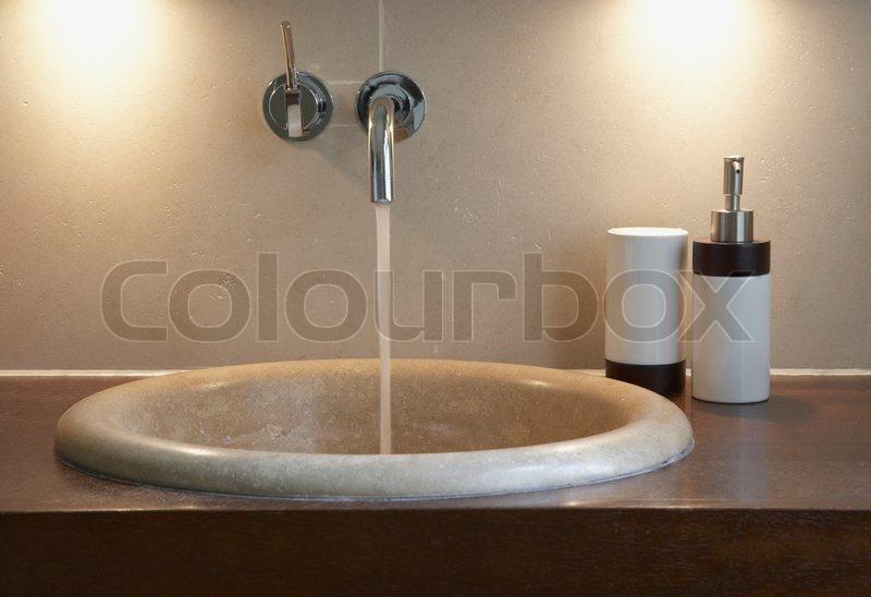 waschbecken mit wasserhahn auf k nnen als hintergrund. Black Bedroom Furniture Sets. Home Design Ideas