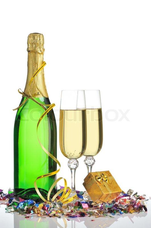 eine flasche sekt und gl ser einer festlichen lametta und eine kiste mit einem geschenk. Black Bedroom Furniture Sets. Home Design Ideas