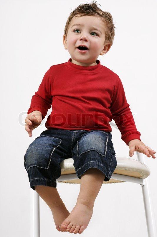 Adorable Gl 252 Ckliche Junge Kleinkind Kind Sitzt Auf Einem