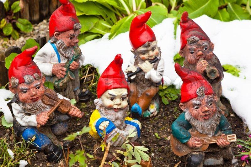Baštenski patuljci  2743880-many-garden-gnomes-in-a-garden-kitsch-is-fun