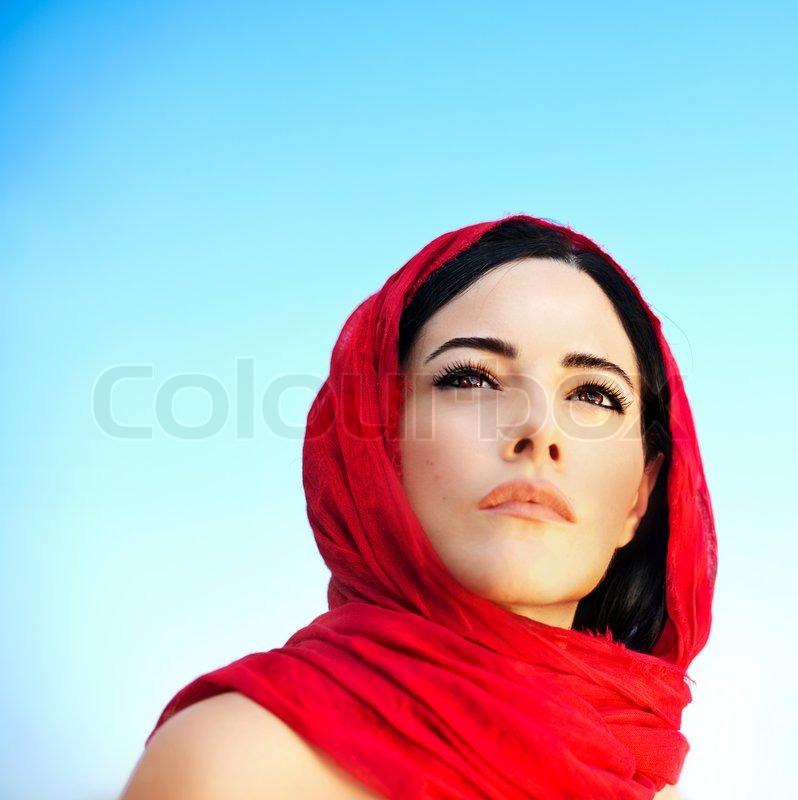 sch ne arabische frau mit rotem schal traditionelle muslimische kleidung neueste mode design. Black Bedroom Furniture Sets. Home Design Ideas