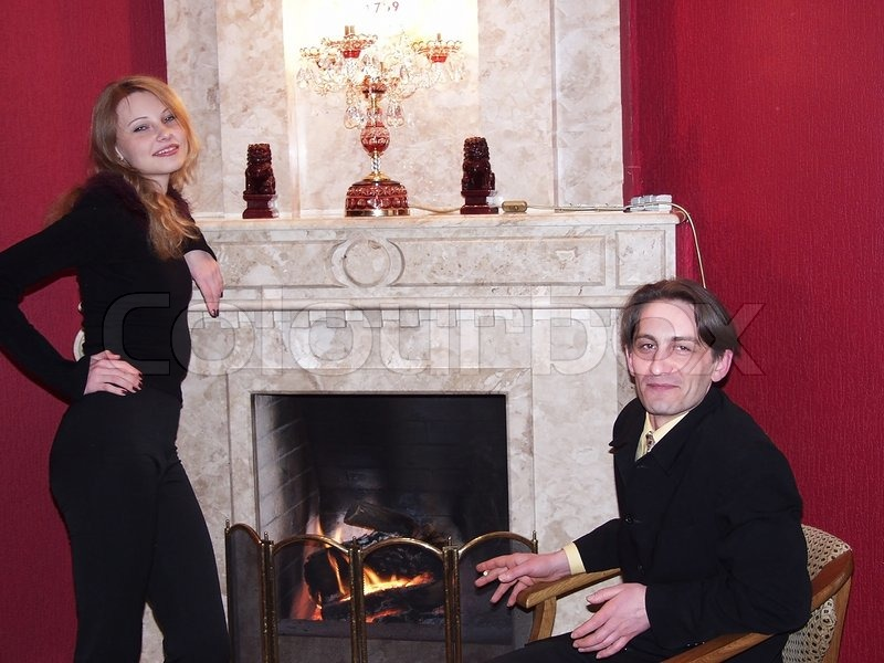 junges paar vor dem kamin stockfoto colourbox. Black Bedroom Furniture Sets. Home Design Ideas