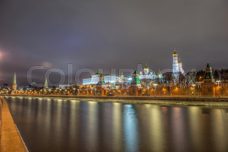 Stock image of 'Russia, night view of the Moskva River, Bridge and the Kremlin'