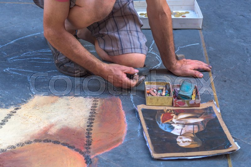 Stock image of 'FLORENCE, ITALY - JULY 15, 2017 - A street artist paints the famous picture of