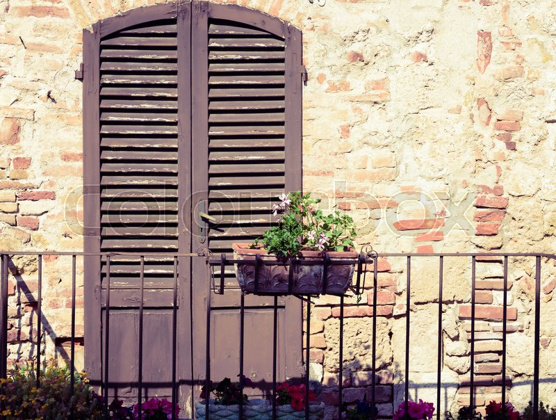 Stock image of 'Typical italian door in the historic district of Colle Val d'Elsa a small town near Siena in Tuscany'