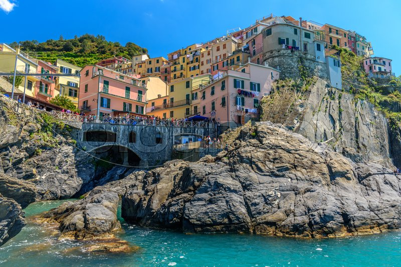 Stock image of 'Scenic view of the cliffs of Manarola, crowded by tourists'