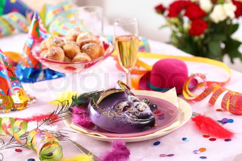 Karneval und party gedeck mit maske stockfoto colourbox for Karneval dekoration tisch