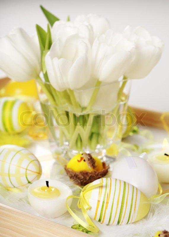 tischdeko f r ostern mit eiern und wei en tulpen. Black Bedroom Furniture Sets. Home Design Ideas