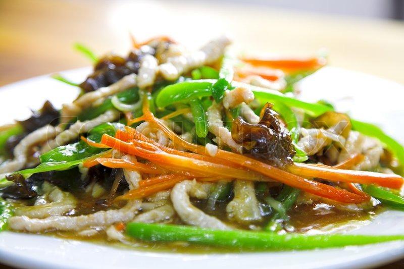 Traditionelle Chinesische Küche   Traditionelle Chinesische Kuche Auf Dem Weissen Teller Stockfoto