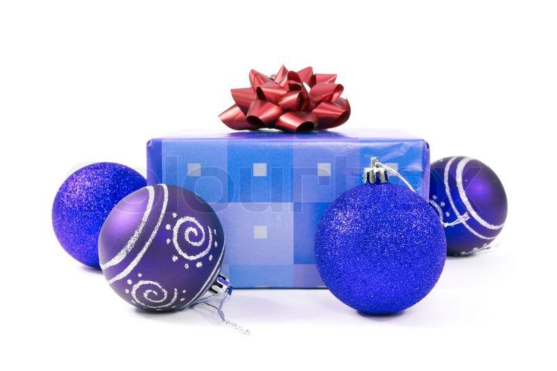 Blaue christbaumkugeln und geschenk auf wei em hintergrund stockfoto colourbox - Blaue christbaumkugeln ...