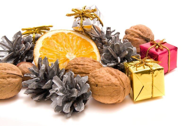 traditionelle weihnachtsdekoration mit fr chten und n ssen