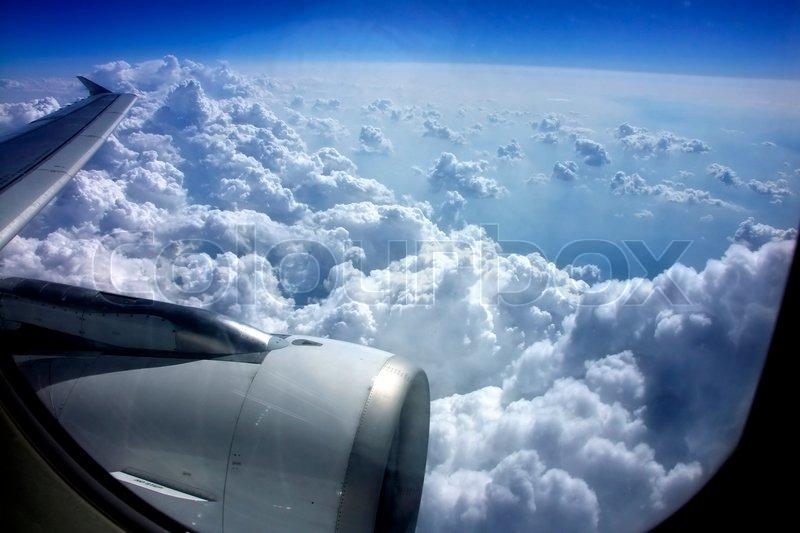 schauen aus den fenstern an bord eines flugzeugs auf blauem himmel mit wolken stockfoto. Black Bedroom Furniture Sets. Home Design Ideas