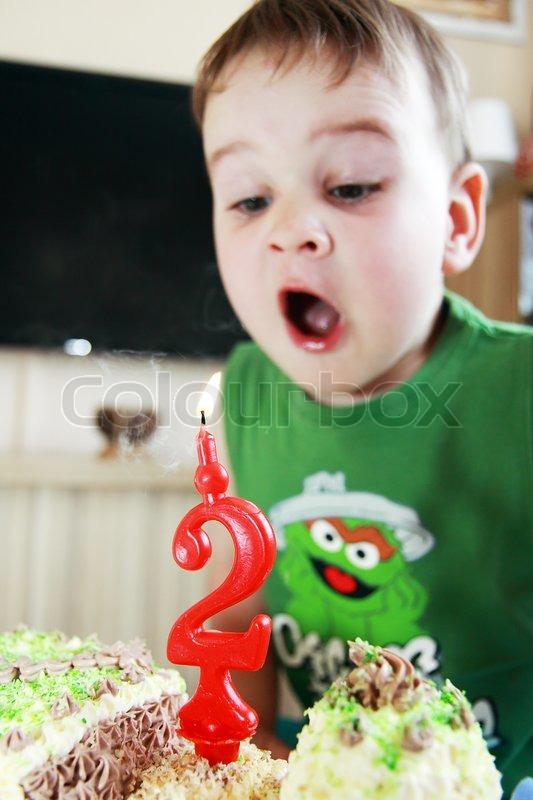 Kind Und Geburtstag 2 Jahre Blasen Stockfoto Colourbox