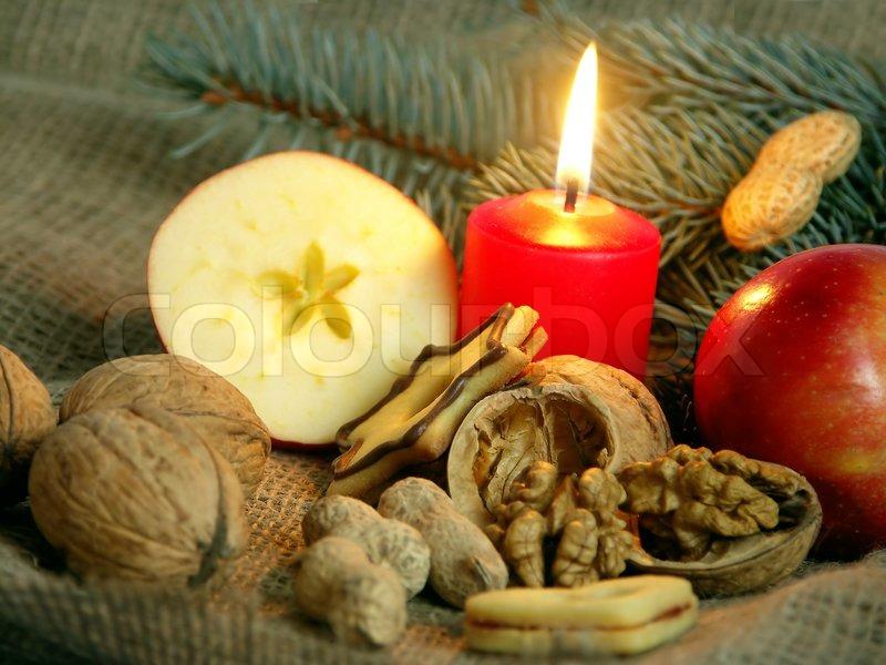 Weihnachten immer noch das Leben in rote Kerze und Trockenfrüchten ...