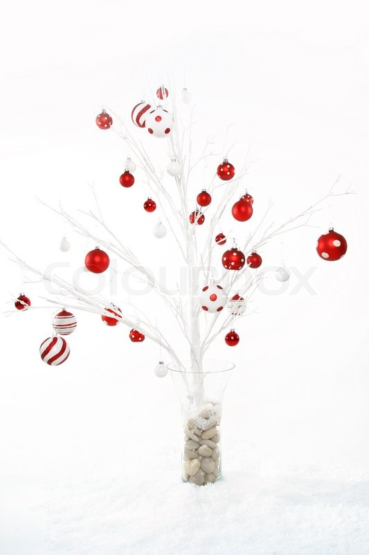 White modern christmas tree decorated with red and white for Pictures of decorated christmas trees white christmas theme