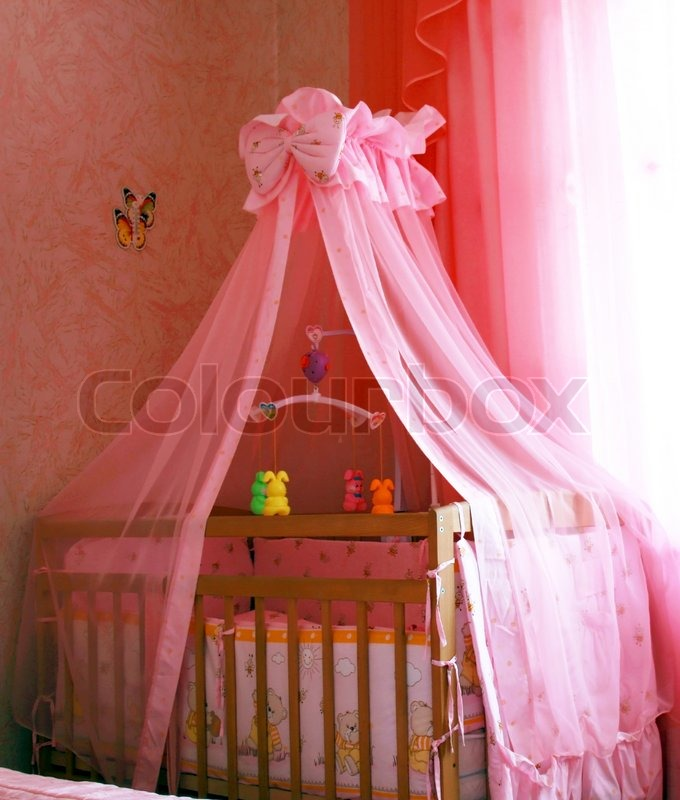 kinderbett mit rose baldachin neben dem fenster stockfoto colourbox. Black Bedroom Furniture Sets. Home Design Ideas