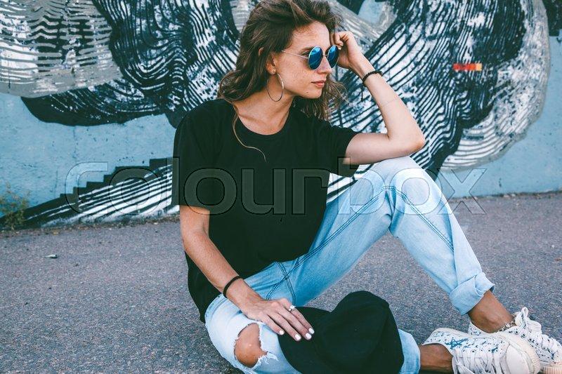 Model wearing plain black t shirt boyfriend jeans for Plain t shirt model