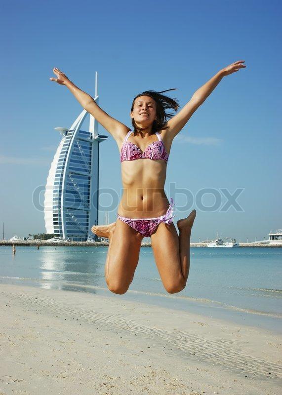 Nackte Frauen Springen Auf Dem Trampolin - biguzde