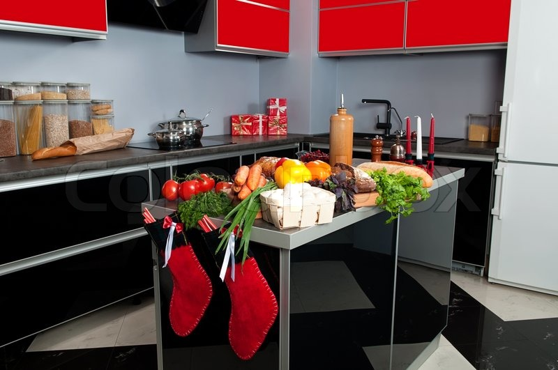 kochen weihnachtsessen in der k che gebratener truthahn auf dem k chentisch mit frischen. Black Bedroom Furniture Sets. Home Design Ideas