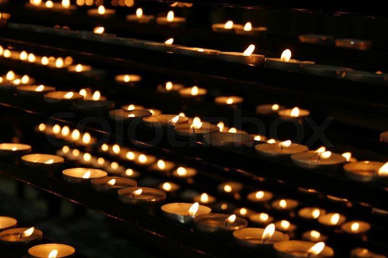 Sehr Romantisch Kerzen Hintergrund In Der Kirche   Stockfoto   Colourbox