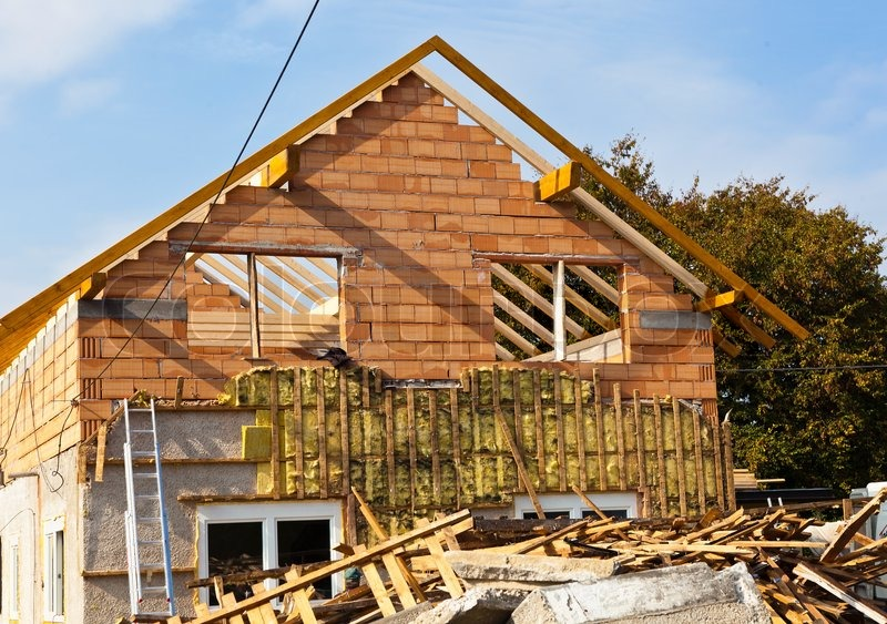 ein altes haus wird neue d mmung und neue dach renoviert stock foto. Black Bedroom Furniture Sets. Home Design Ideas