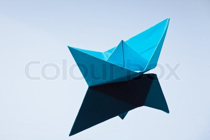 ein schiff aus papier gefaltet fotosymbol zu basteln und sehnsucht stockfoto colourbox. Black Bedroom Furniture Sets. Home Design Ideas