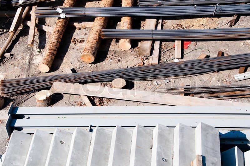 Beton trappe , trae og jern materialer i en byggeplads stock foto ...