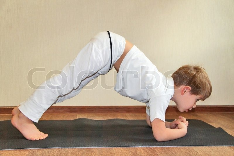 baby yoga zu hause kaninchen pose sasangasana stockfoto colourbox. Black Bedroom Furniture Sets. Home Design Ideas