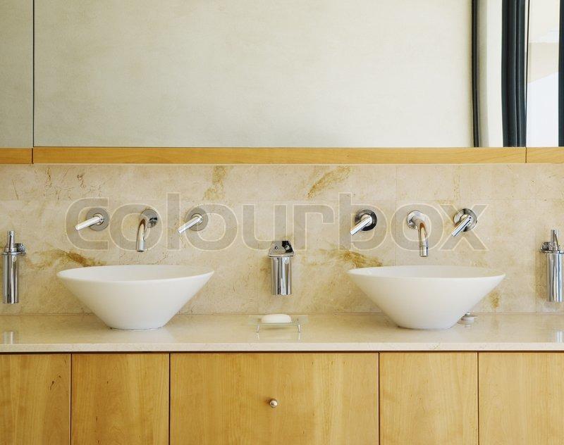 Moderne badeværelse forfængelighed og dræn kan være som baggrund ...