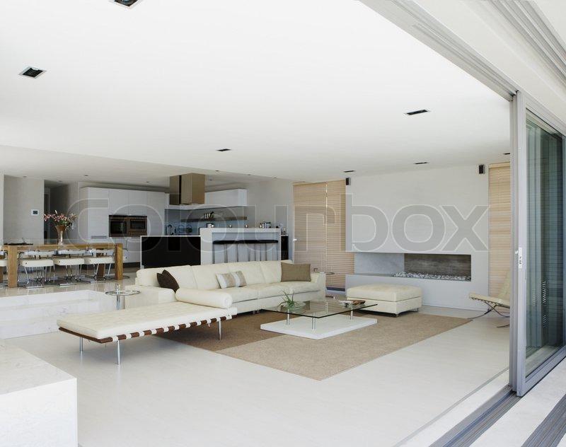 Fesselnd Modernes Haus Mit Offenem Boden Konzept Und Glasschiebetüren | Stockfoto |  Colourbox