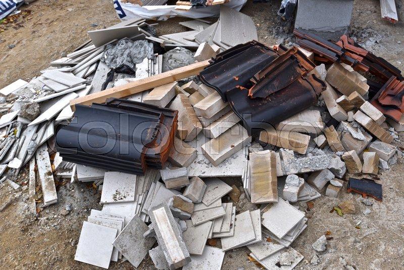 Rod på byggeplads ved hus. Tagsten, ... | Stock foto | Colourbox