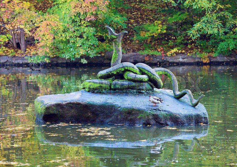 K nstliche schlange auf stein im teich zentrum im herbst for Make your own pond