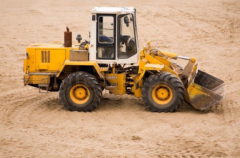 Og beskidt traktor på sand overflade fokus poit på maskine selektiv