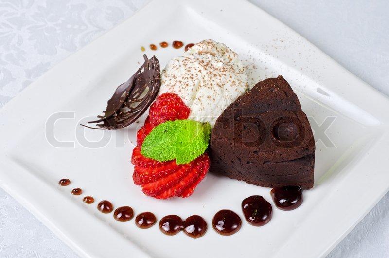 schokolade flan mit erdbeeren und schokolade ein wunderbares dessert stockfoto colourbox. Black Bedroom Furniture Sets. Home Design Ideas
