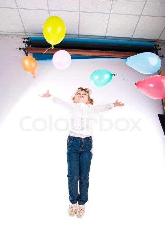 девушка прыгает на шаре