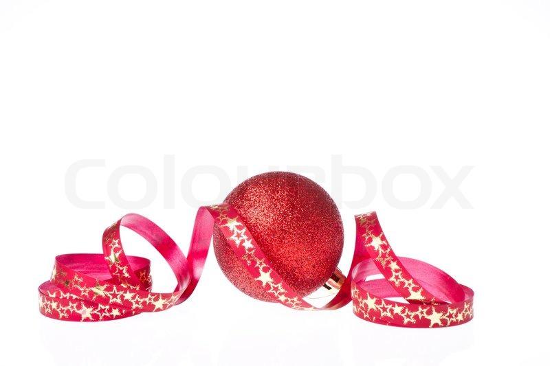 rote weihnachtskugel mit band auf wei em hintergrund isoliert stockfoto colourbox. Black Bedroom Furniture Sets. Home Design Ideas