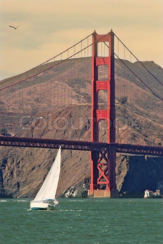 vertikale orientiertes bild der wei en yacht segeln in richtung golden gate bridge in san. Black Bedroom Furniture Sets. Home Design Ideas