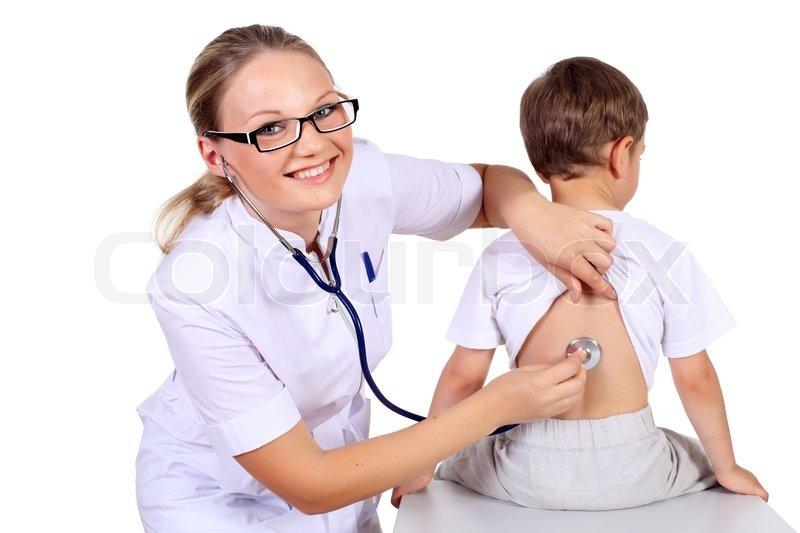 Junge weibliche Arzt tun ärztliche Untersuchung, um ein