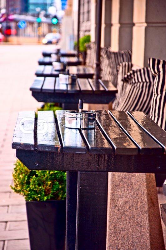 Typisk generiske udendørs cafe seatingStockholm Sverige med borde ...