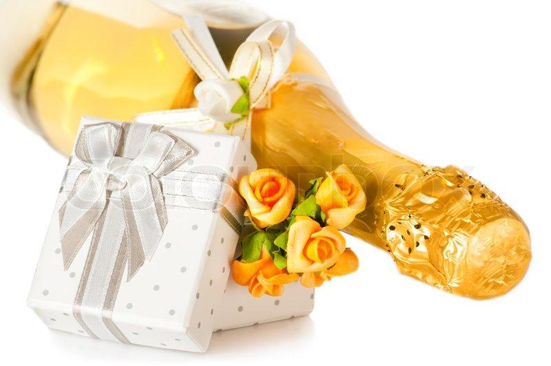 champagne flasche geschenk box mit bogen und blumen boutonniere auf wei em hintergrund. Black Bedroom Furniture Sets. Home Design Ideas