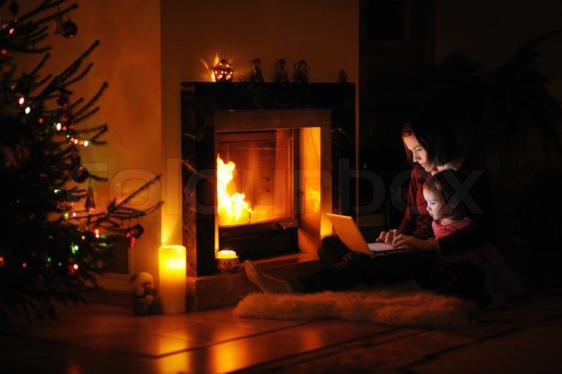 Bear Skin Rug And Fireplace Junge Mutter und Tocht...