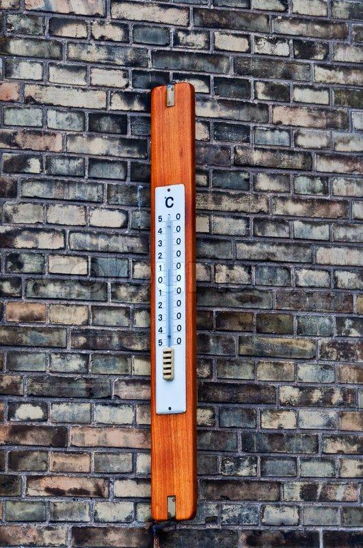 Vellidte Udendørs termometer på baggrund mur | Stock foto | Colourbox NO-31
