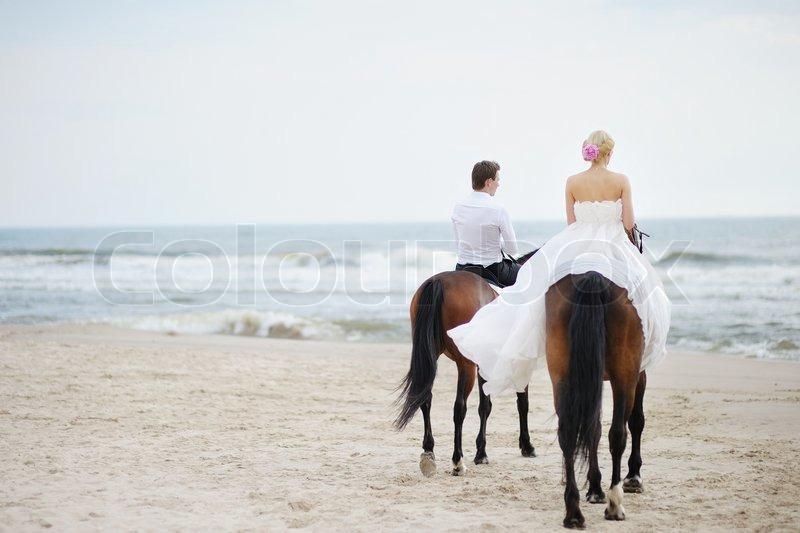 hochzeit am strand braut und br utigam auf einem pferd. Black Bedroom Furniture Sets. Home Design Ideas