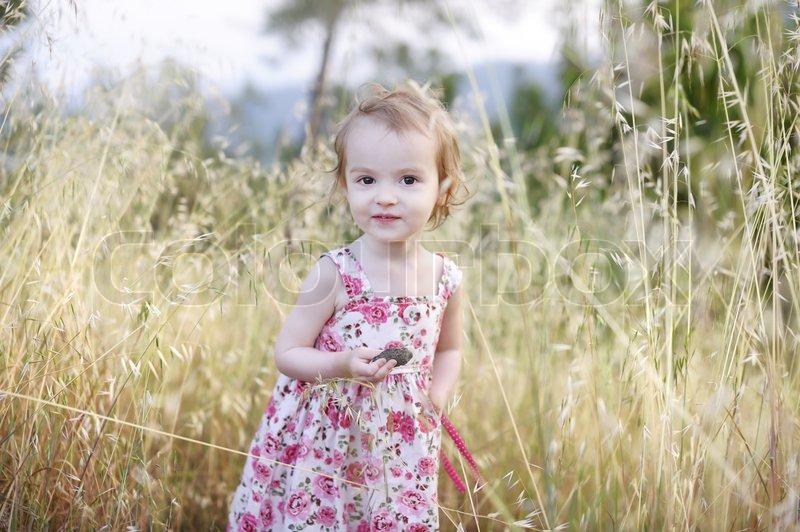 06234d960f1a Yndig lille barn pige i en smuk ...
