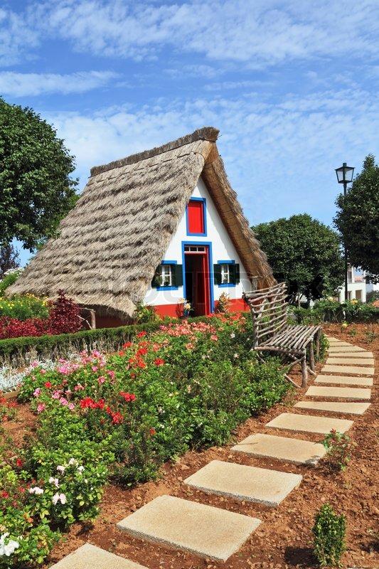 madeira island die stadt santana gem tliches chalet mit einem dreieckigen strohdach vor dem. Black Bedroom Furniture Sets. Home Design Ideas
